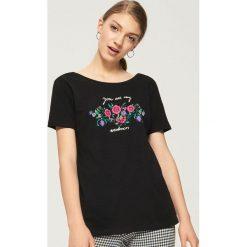 T-shirt z nadrukiem w kwiaty - Czarny. Czarne t-shirty damskie Sinsay, w kwiaty. W wyprzedaży za 14.99 zł.