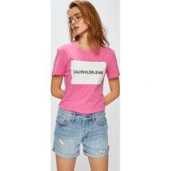 Calvin Klein Jeans - Top. Różowe topy damskie Calvin Klein Jeans, z nadrukiem, z bawełny, z okrągłym kołnierzem, z krótkim rękawem. Za 199.90 zł.