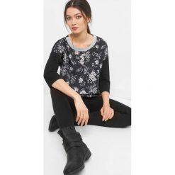 Bombkowa koszulka w kwiaty. Czarne bluzki damskie Orsay, w kwiaty, z dzianiny. Za 59.99 zł.