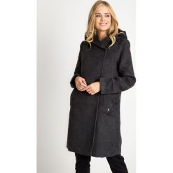 Grafitowy długi płaszcz z kapturem QUIOSQUE. Szare płaszcze damskie QUIOSQUE, z tkaniny, eleganckie. W wyprzedaży za 349.99 zł.