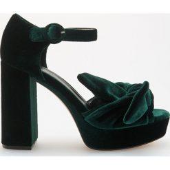 Sandały na platformie - Khaki. Sandały damskie marki bonprix. W wyprzedaży za 79.99 zł.