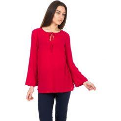 Czerwona bluzka z wiązaniem przy dekolcie BIALCON. Czerwone bluzki damskie BIALCON, wizytowe. W wyprzedaży za 49.00 zł.