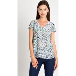 Zwiewna miętowa bluzka w geometryczny wzór QUIOSQUE. Zielone bluzki damskie QUIOSQUE, w geometryczne wzory, z dekoltem w serek, z krótkim rękawem. W wyprzedaży za 59.99 zł.