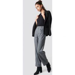 NA-KD Classic Szerokie spodnie w kant - Grey. Szare spodnie materiałowe damskie NA-KD Classic, z haftami. Za 161.95 zł.
