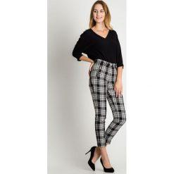 Czarno-białe spodnie w kant  BIALCON. Białe spodnie materiałowe damskie BIALCON. W wyprzedaży za 135.00 zł.