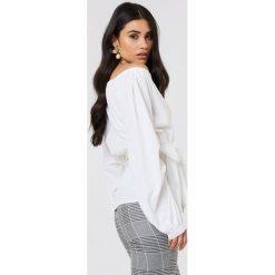 NA-KD Koszula odsłaniająca ramiona - White. Białe koszule damskie NA-KD, z poliesteru, z długim rękawem. Za 121.95 zł.