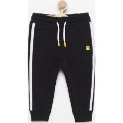 Spodnie dresowe z lampasami - Czarny. Spodnie sportowe dla chłopców Reserved, z dresówki. W wyprzedaży za 29.99 zł.