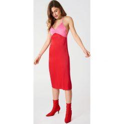 NA-KD Sukienka bieliźniana Color Block - Red. Sukienki damskie NA-KD. W wyprzedaży za 36.59 zł.