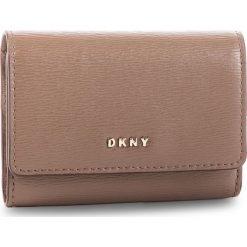 Mały Portfel Damski DKNY - Bryant Card Case Id R82Z3503 Desert DES 253. Brązowe portfele damskie DKNY, ze skóry. Za 289.00 zł.