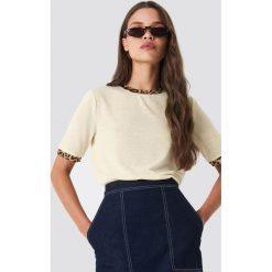 Moves T-shirt Kissa - Beige,Offwhite. Brązowe t-shirty damskie Moves, z nadrukiem, z klasycznym kołnierzykiem. Za 161.95 zł.