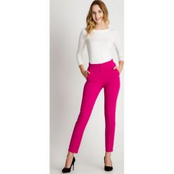 Spodnie w kant w kolorze fuksji BIALCON. Czerwone spodnie materiałowe damskie BIALCON. Za 169.00 zł.