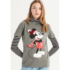 T-shirt z aplikacją Mickey Mouse - Szary. Szare t-shirty damskie Sinsay, z aplikacjami. Za 39.99 zł.