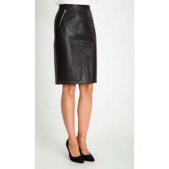 Skórzana czarna spódnica z zamkami QUIOSQUE. Czarne spódnice damskie QUIOSQUE, ze skóry ekologicznej, eleganckie. W wyprzedaży za 119.99 zł.