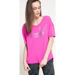Puma - Top. Różowe topy damskie Puma, z nadrukiem, z bawełny, z okrągłym kołnierzem, z krótkim rękawem. W wyprzedaży za 59.90 zł.