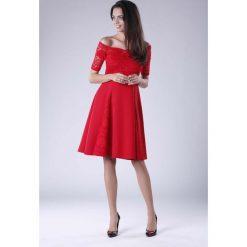 Czerwona Wyjściowa Sukienka Hiszpanka z Koronką. Czerwone sukienki damskie Molly.pl, w koronkowe wzory, z koronki, eleganckie, z dekoltem typu hiszpanka, z krótkim rękawem. Za 149.90 zł.