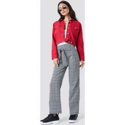 NA-KD Trend Krótka kurtka jeansowa - Red. Czerwone kurtki damskie NA-KD Trend, z jeansu. Za 323.95 zł.