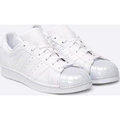 Adidas Originals - Buty Superstar Glossy. Szare obuwie sportowe damskie adidas Originals, z materiału. W wyprzedaży za 349.90 zł.