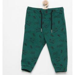 Spodnie jogger z nadrukiem - Zielony. Spodenki niemowlęce marki Pollena Savona. W wyprzedaży za 29.99 zł.
