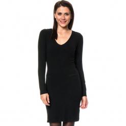 Sukienka w kolorze czarnym. Czarne sukienki damskie Assuili, z kaszmiru, klasyczne. W wyprzedaży za 136.95 zł.