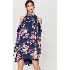 Satynowa sukienka cold arms - Wielobarwn. Szare sukienki damskie Mohito, z satyny. W wyprzedaży za 99.99 zł.
