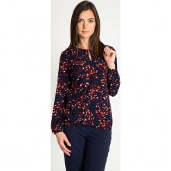 Granatowa bluzka z pomarańczowym wzorem QUIOSQUE. Brązowe bluzki damskie QUIOSQUE, z nadrukiem, biznesowe, z klasycznym kołnierzykiem. W wyprzedaży za 99.99 zł.
