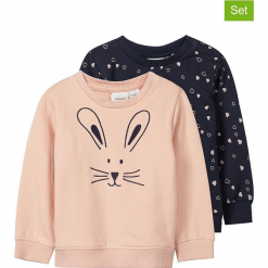 Bluzy (2 szt.) w kolorze jasnoróżowym i granatowym. Czerwone bluzy dla dziewczynek Name it Baby, z haftami, z bawełny. W wyprzedaży za 42.95 zł.