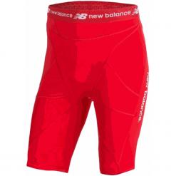 Szorty kompresyjne - MS710139HRD. Czerwone krótkie spodenki sportowe męskie New Balance, z materiału. W wyprzedaży za 129.99 zł.