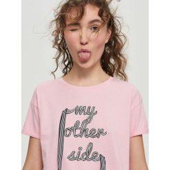 T-shirt z aplikacją - Różowy. T-shirty damskie Sinsay, z aplikacjami. Za 24.99 zł.