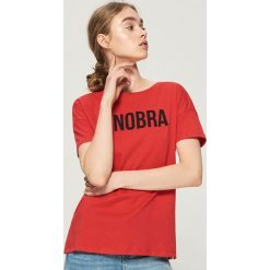 Koszulka z napisem - Czerwony. T-shirty damskie marki DOMYOS. W wyprzedaży za 14.99 zł.