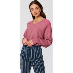 NA-KD Krótki sweter z rękawem typu nietoperz - Pink. Różowe swetry damskie NA-KD, z dzianiny. W wyprzedaży za 60.98 zł.