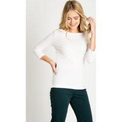 Biała bluzka basic z rękawem 3/4 QUIOSQUE. Białe bluzki damskie QUIOSQUE, z bawełny, klasyczne, z dekoltem w łódkę. W wyprzedaży za 29.99 zł.