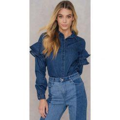 Qontrast X NA-KD Jeansowa koszula z falbankami - Blue. Niebieskie koszule damskie Qontrast X NA-KD, z jeansu, z falbankami, z długim rękawem. W wyprzedaży za 101.48 zł.