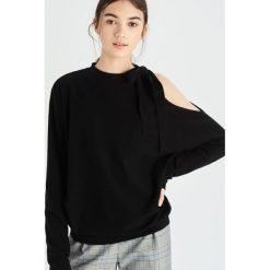 Sweter z odkrytym ramieniem - Czarny. Swetry damskie marki bonprix. W wyprzedaży za 39.99 zł.