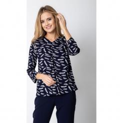 Granatowa bluzka z kontrafałdą QUIOSQUE. Białe bluzki damskie QUIOSQUE, z nadrukiem, z jeansu, z długim rękawem. W wyprzedaży za 79.99 zł.