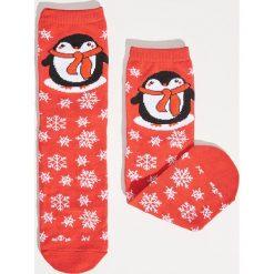 Świąteczne skarpetki z pingwinem - Czerwony. Czerwone skarpety damskie Sinsay. Za 12.99 zł.