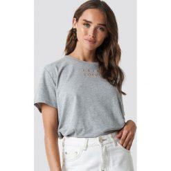 NA-KD Trend T-shirt oversize Loudly - Grey. Szare t-shirty damskie NA-KD Trend, z nadrukiem, z klasycznym kołnierzykiem. Za 72.95 zł.