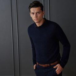 Sweter z wełną merino - Granatowy. Swetry przez głowę męskie marki Giacomo Conti. W wyprzedaży za 79.99 zł.