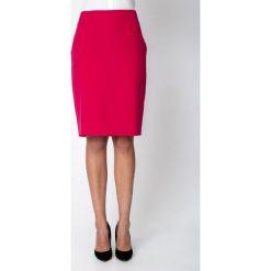 Różowa ołówkowa spódnica do kolan QUIOSQUE. Różowe spódnice damskie QUIOSQUE, na jesień, z tkaniny, biznesowe. W wyprzedaży za 69.99 zł.