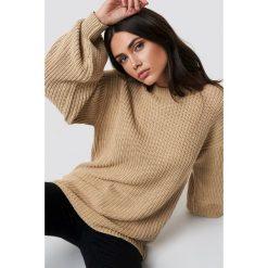 NA-KD Dzianinowy sweter z obniżonymi ramionami - Beige. Brązowe swetry damskie NA-KD, z dzianiny. Za 121.95 zł.