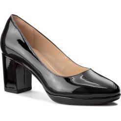 Półbuty CLARKS - Kelda Hope 261267234 Black Patent. Czarne półbuty damskie Clarks, z lakierowanej skóry, eleganckie. W wyprzedaży za 189.00 zł.