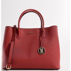 Fakturowa torebka city bag - Czerwony. Czerwone torebki do ręki damskie Mohito. Za 139.99 zł.