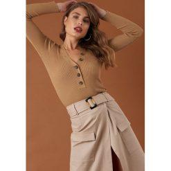 NA-KD Trend Sweter z guzikami - Beige. Brązowe swetry damskie NA-KD Trend, dekolt w kształcie v. Za 141.95 zł.