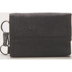 cbd8830add40e W wyprzedaży za 15.99 Materiałowy portfel z brelokiem - Czarny. Portfele  męskie marki House. W wyprzedaży za 15.99