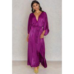 NA-KD Trend Satynowa sukienka-płaszcz - Purple. Płaszcze damskie NA-KD Trend, z poliesteru. W wyprzedaży za 110.37 zł.