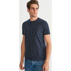 T-shirt z nadrukiem - Granatowy. Niebieskie t-shirty męskie Reserved, z nadrukiem. Za 49.99 zł.