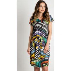 Wzorzysta sukienka z dekoltem V i wiązaniem w talii BIALCON. Żółte sukienki damskie BIALCON, na lato, w kolorowe wzory, eleganckie, dekolt w kształcie v. W wyprzedaży za 262.00 zł.