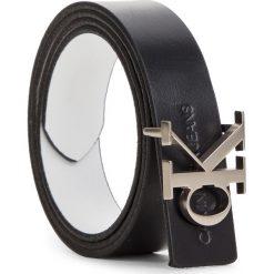 Pasek Damski CALVIN KLEIN JEANS - J Skinny Monogram Rev Belt 2.5Cm K60K604997 910. Białe paski damskie Calvin Klein Jeans, w paski, z jeansu. Za 279.00 zł.