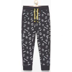 Spodnie dresowe we wzory - Czarny. Spodnie sportowe dla chłopców Reserved, z dresówki. Za 39.99 zł.