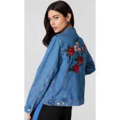 NA-KD Jeansowa kurtka z kwiatowym haftem - Blue. Niebieskie kurtki damskie NA-KD, z haftami, z bawełny. W wyprzedaży za 161.98 zł.