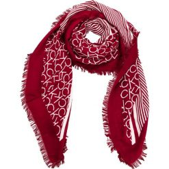 Chusta CALVIN KLEIN - Printed Ck Scarf K60K604704 628. Czerwone szaliki i chusty damskie Calvin Klein, z materiału. Za 229.00 zł.